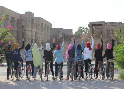 المشاركات فى المبادرة امام معبد الاقصر