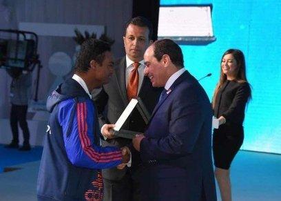 صورة مؤمن مع الرئيس