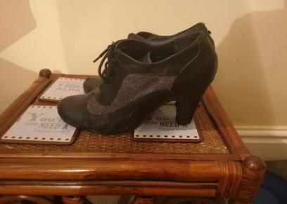 سيدة تستخدم كعب حذائها لتنجو من محاولة التحرش بها
