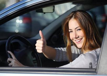 صورة أرشيفية لسيدة تقود سيارة