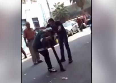 رجل يتعدى على زوجته بالضرب والشتيمة في الشارع وسط حضور المارة