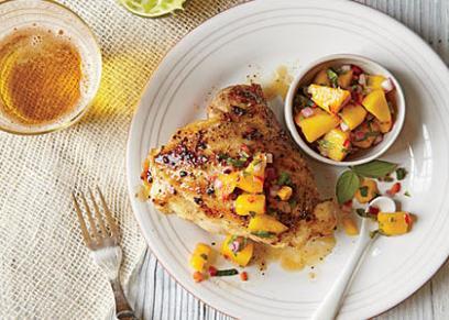 طبق الدجاج المشوي مع شرائح الخوخ والجوز