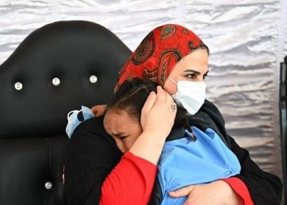 الطفلة حنين أثناء احتضانها نيفين القباج وزيرة التضامن