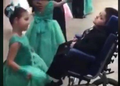 فلة تختار أخاها المصاب بشلل الدماغي للرقص معه في حفلة مدرسية
