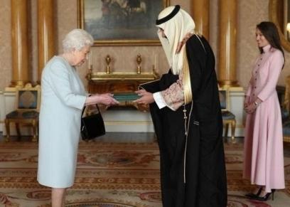 الأمير خالد بن بندر وزوجته خلال تقديم أوراق اعتماده للملكة اليزابيث
