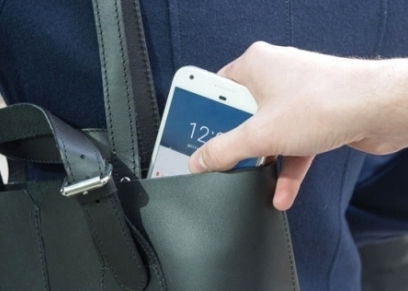 نصائح للفتيات عند حمل حقيبة اليد في الشارع