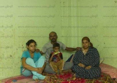 «ياسمين» مع والديها وشقيقها الأصغر