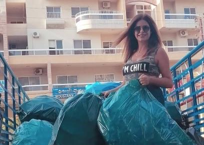 كارولين وهي تجمع زجاجات المياه الفارغة