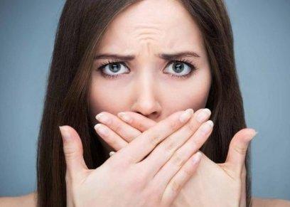 9 أطعمة طبيعية للتخلص من رائحة الفم الكريهة
