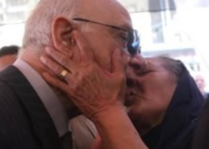 بالصور  مسنة تقبل محافظ القاهرة داخل لجنة انتخابية في مدينة نصر