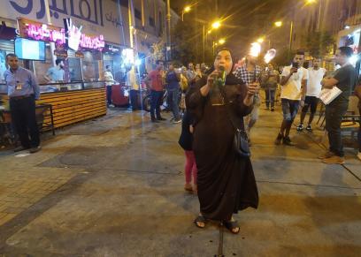 «أم وليد» تقدم عروضها فى أحد شوارع القاهرة