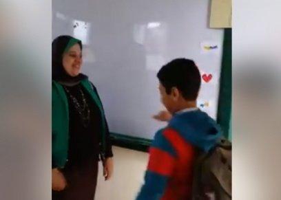 معلمة تستقبل التلاميذ بمدرسة حكومية على طريقة الأجانب: