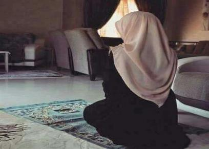 حكم جهر المرأة بالقراءة في الصلاة.. الإفتاء تجيب