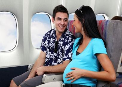 سيدة حامل على متن طائرة