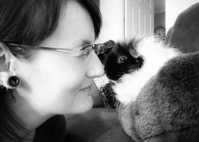 سيدة تربي الحيوانات داخل منزلها