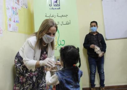 نوال مصطفى خلال توزيع الفوانيس على الأطفال