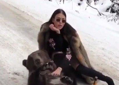 بالفيديو| بريطانية تلتقط صورة مع دب على الجليد تثير غضب المستخدمين