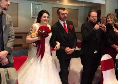 بالصور| دمية ترافق العروس في حفل زفافها.. والعريس: بتنام على سريرنا