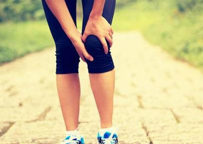أسباب طقطقة الركبة وعلاجها