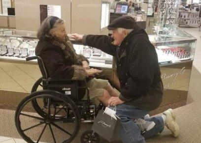 بالصور| ثمانيني يطلب يد  زوجته بخاتم