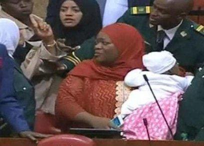 النائبة زليخة حسن أثناء طلب طردها من قاعة البرلمان