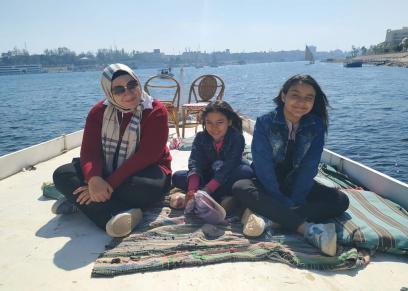 سوزان المسلماني مع طفلتيها