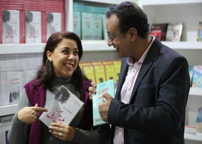 زوجان يشتركا في فاترينة واحدة بمعرض الكتاب