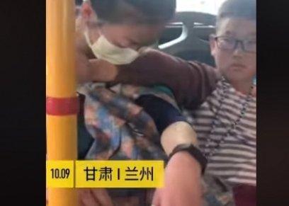 طفل تحتاج والدته إلى النوم فيضع يديه مسند لها