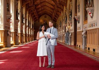 أول ظهور علني للمولود الجديد لدوق ودوقة ساسكس الأمير هاري وزوجته ميجان ماركل