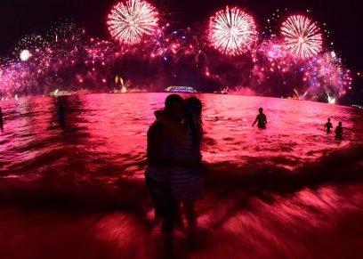 5 أسباب وراء قبلة ليلة رأس السنة
