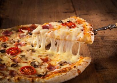 بيتزا بالجبنة الشيدر والبصل المكرمل
