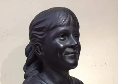 تمثال الطفلة آلاء