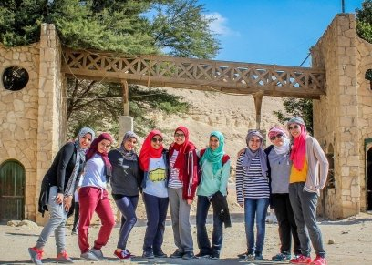 الرحالة ريهام أبو بكر أثناء ورشة الصحراء