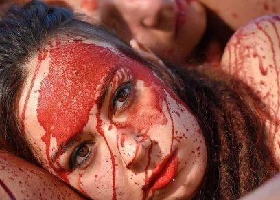 بالعري والدماء.. احتجاجات النساء في برشلونة