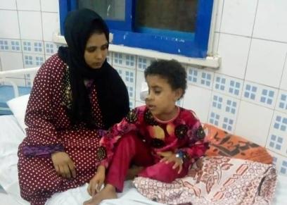 الطفلة مع والدتها في المستشفى