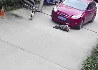 مصرع طفل بعد دهسه اسفل سيارة