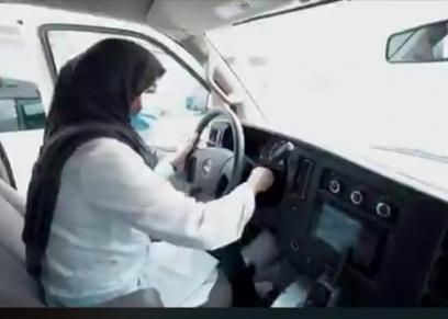 سارة العنزي وهى تقود سيارة الإسعاف