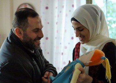 سارة تتسلم هدية والدها الفلسطينى بعد 18 عامًا في سجون الاحتلال