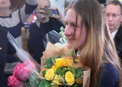 ماريا بوتينا في مطار روسيا عقب عودتها