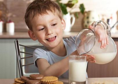طفل يحمل وعاء به حليب الصويا