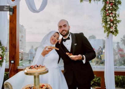 مريم سامي وزوجها يتناولان البيتزا بدل التورتة