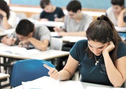 طلاب داخل لجنة امتحان