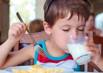 فوائد كوب اللبن صباحا للأطفال قبل الذهاب للمدرسة