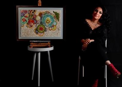 راما اسكندراني مع لوحتها