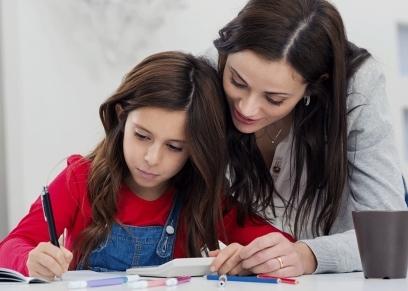 خطورة مراجعة الأم الامتحان مع الأبناء