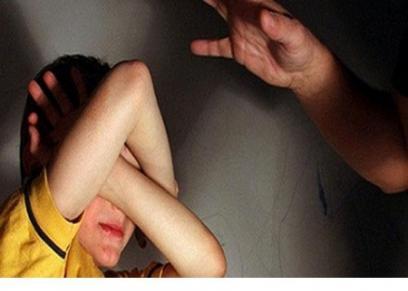 فكان الولد قدم شكوته بعد الاعتداء عليه من قبل والدته لأكثر من مرة حتى أحدثت به إصابات متنوعة، ودخل ذات مرة المستشفى نتيجة الضرب المبرح الذي تلقاه من والدته.ضرب