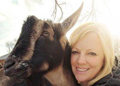 صور|   أمريكية تترك وظيفتها لرعاية الماعز ذات الإحتياجات الخاصة