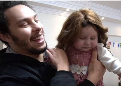 أحمد حسن وطفلته
