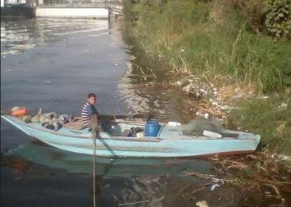 طفل يعيش داخل مركبة في النيل
