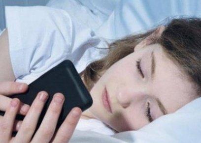 : التعرض لضوء الهاتف الأزرق يتسبب في زيادة الوزن